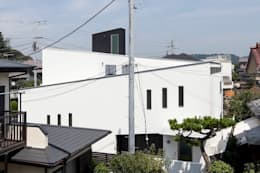 Casas de estilo moderno por 前田敦計画工房