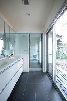 Banheiros modernos por 前田敦計画工房