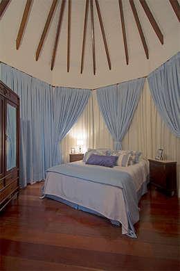Eliana Berardo Arquitetura e Construção: kırsal tarz tarz Yatak Odası