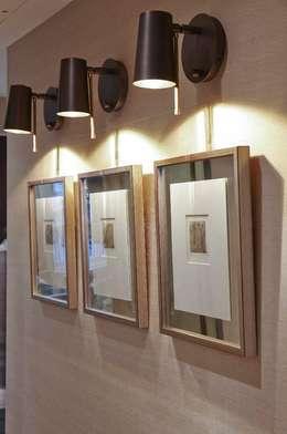 Vestíbulos, pasillos y escaleras de estilo  por Keir Townsend Ltd.