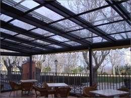 una terraza cubierta con estructura
