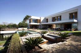 Residência Quinta da Baronesa: Jardins modernos por Débora Aguiar