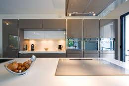 îlot point cuisson intégré : Cuisine de style de style Moderne par LA CUISINE DANS LE BAIN SK CONCEPT