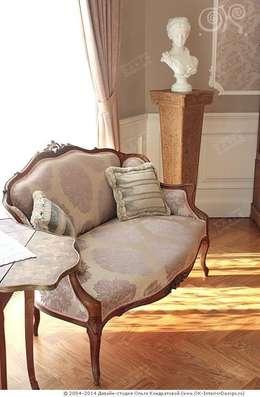 Антикварные вещи в интерьере дома: Гостиная в . Автор – Дизайн студия Ольги Кондратовой