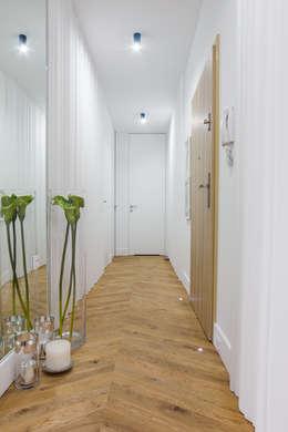 Hall w studiu .: styl , w kategorii Korytarz, przedpokój zaprojektowany przez CAROLINE'S DESIGN