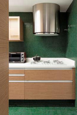 modern Kitchen by DIEGO REVOLLO ARQUITETURA S/S LTDA.