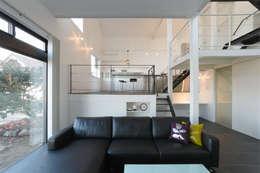 Stilvolle Zimmergestaltung In Schwarz Weiß. Ausgefallene Wohnzimmer Von  濱田修建築研究所