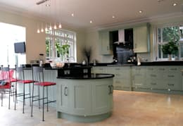 Cocinas de estilo clásico por John Ladbury and Company