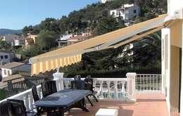 Balcones y terrazas de estilo mediterraneo por Comercial MecanoToldo S.L.U