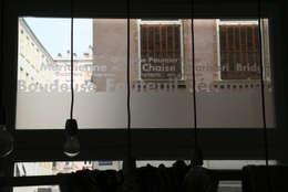 décor termes tapisserie en film dépoli: Fenêtres & Portes de style de style Moderne par Reseda (RessourceS en Edition D'Art)