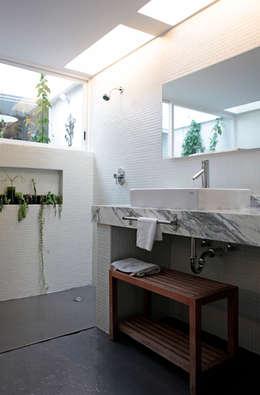 A-778: Baños de estilo  por DF ARQUITECTOS