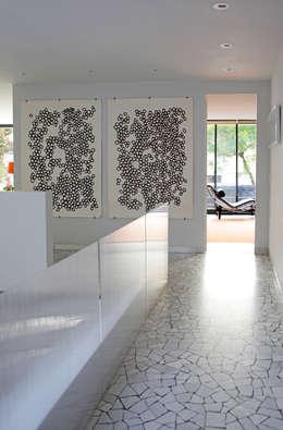 Pasillos y recibidores de estilo  por DF ARQUITECTOS