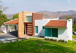 Casa Altavista: Casas de estilo moderno por Excelencia en Diseño