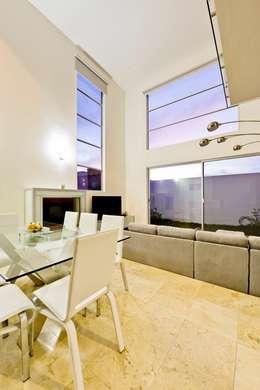 Salas de estilo minimalista por Excelencia en Diseño