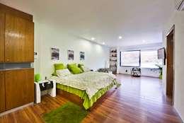 Habitaciones de estilo minimalista por Excelencia en Diseño
