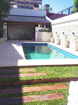 modern Zwembad door Estudio Nicolas Pierry: Diseño en Arquitectura de Paisajes & Jardines
