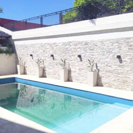 modern Pool by Estudio Nicolas Pierry: Diseño en Arquitectura de Paisajes & Jardines