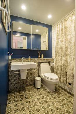 blue house_매혹적인 Blue와 집이 만나다: (주)바오미다의  화장실