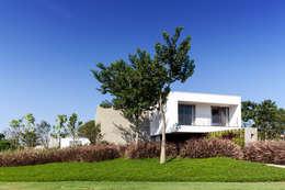 Projekty, minimalistyczne Domy zaprojektowane przez Consuelo Jorge Arquitetos