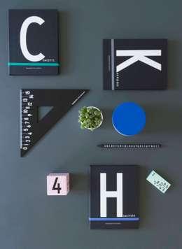 Uitgebreide collectie kantoorbenodigdheden van Design Letters: moderne Studeerkamer/kantoor door Kleuroptafel