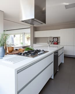 minimalistic Kitchen by Consuelo Jorge Arquitetos