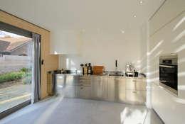 Lofthome Bergen (NH): moderne Keuken door Blok Kats van Veen Architecten