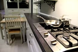 Nowoczesny blat kuchenny z konglomeratu Vulcano: styl , w kategorii Kuchnia zaprojektowany przez GRANMAR Borowa Góra - granit, marmur, konglomerat kwarcowy