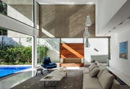 Salas de estar modernas por Reinach Mendonça Arquitetos Associados