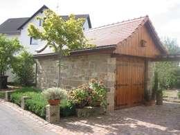 Sandsteinmauerwerk : landhausstil Garage & Schuppen von Natur-Stein-Garten