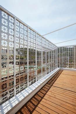 Lotus Haus (로터스하우스): 스마트건축사사무소의  베란다