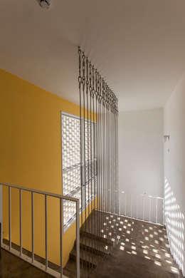 마당있는 집: 스마트건축사사무소의  복도 & 현관