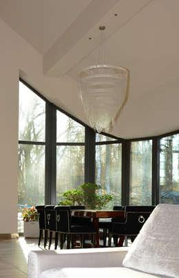Rezydencja z basenem nad Zalewem Szczecińskim: styl , w kategorii Jadalnia zaprojektowany przez Architektura Wnętrz Daria Zaremba