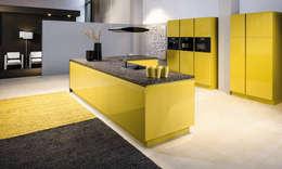 Cuisine laque jaune - Plan de travail granit: Cuisine de style de style Moderne par CUISINE ESSENTIEL