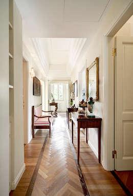 Vestíbulos, pasillos y escaleras de estilo  por Astudioarchitetti