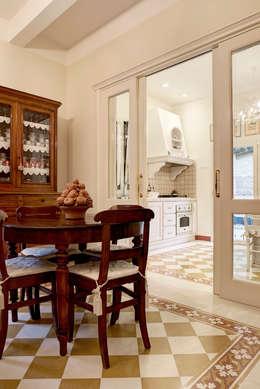Salle à manger de style de style Classique par Astudioarchitetti