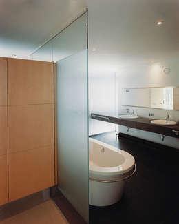 Badkamer: moderne Badkamer door Lab32 architecten
