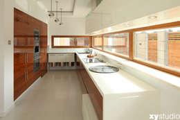 Dom jednorodzinny na Kabatach w Warszawie: styl , w kategorii Kuchnia zaprojektowany przez xystudio