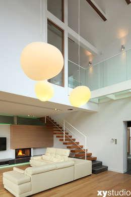Dom jednorodzinny na Kabatach w Warszawie: styl , w kategorii Salon zaprojektowany przez xystudio