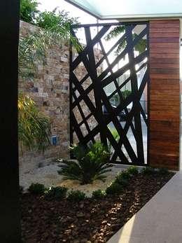 20 dise os de bardas y cercos para delimitar con estilo tu for Puertas pintadas originales