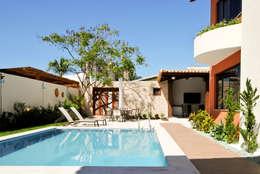 Piscinas de estilo tropical por Argollo & Martins | Arquitetos Associados