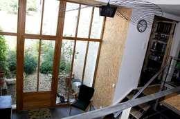 Arche en OSB - Entrée de la maison: Couloir et hall d'entrée de style  par Atelier d'Ersu & Blanco