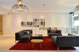 """Japón en BCN - El salón. Detrás del panel de la libreria, un televisor de 55"""": Salones de estilo minimalista de Daifuku Designs"""