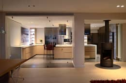 Japón en BCN - Vista de la cocina desde el salón: Cocinas de estilo minimalista de Daifuku Designs