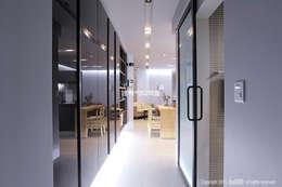 Pasillos y recibidores de estilo  por MID 먹줄