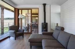 Habitation à Lierneux: Salon de style de style Moderne par Pavillonchamps Atelier d'Architecture