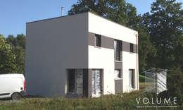 Casas de estilo moderno por VOLUME