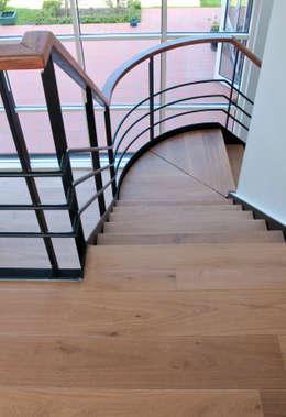 Prachtig licht woonhuis in combinatie met een houten vloer van ZILVA:  Gang en hal door Zilva Vloeren