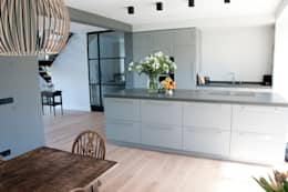 woonkeuken zilva vloeren: moderne Keuken door Zilva Vloeren