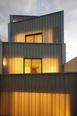 Fachada posterior: Casas de estilo clásico de RUE
