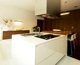 PAULA NOVAIS ARQUITECTOS E DESIGN: modern tarz Mutfak